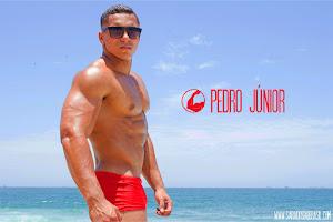 Atleta bodybuilding Pedro Júnior mostra músculos na praia do Arpoador