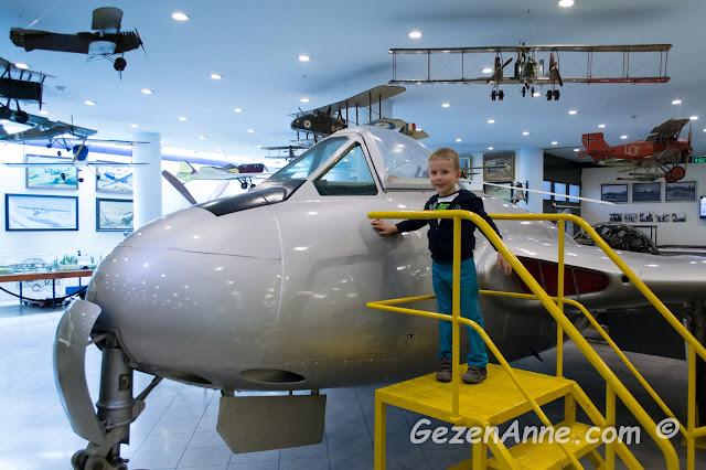 planör uçaklarının yanında oğlum, Rahmi Koç Müzesi İstanbul