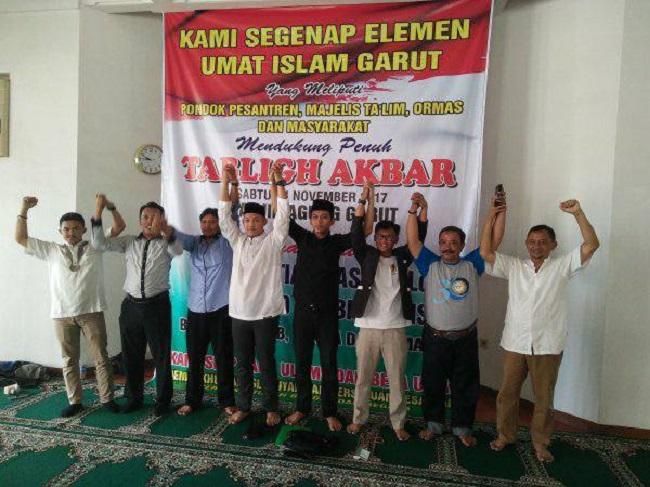 Warga Garut berlomba untuk melayani peserta Tabligh Akbar Alumni 212 bersama Ustadz Bactiar Nasir.