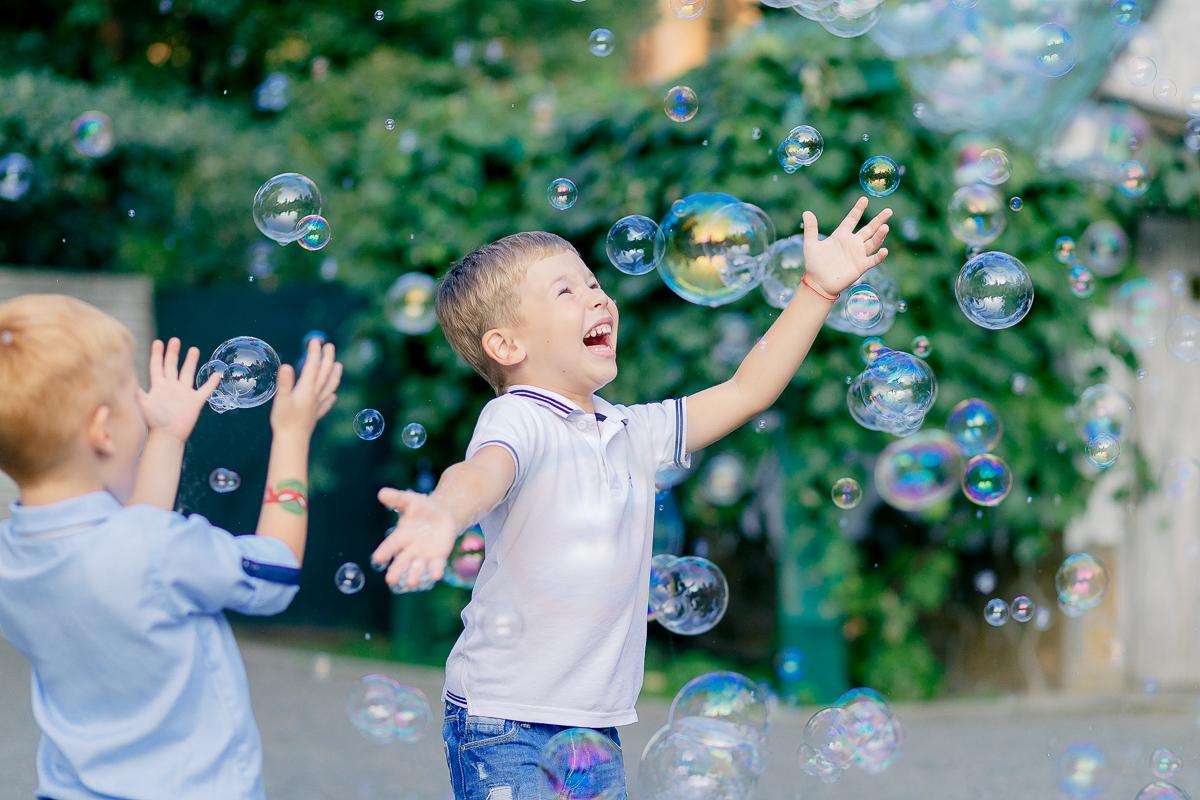 Картинка игры детей с мыльными пузырями