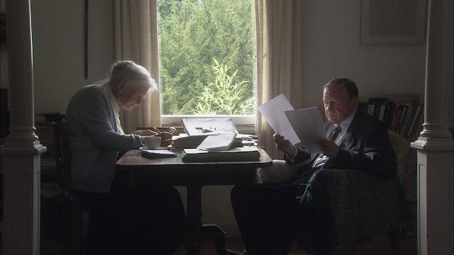 Zwei Menschen bei der Textarbeit