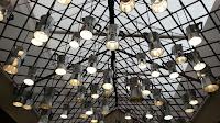 Detalle de la iluminación mediante cafeteras convertidas en lámparas