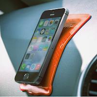 Grip Strip est un tapis antidérapant pour fixer un téléphone portable sur le tableau de bord d'une voiture par exemple.