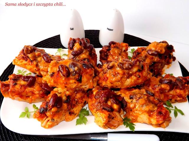 Roladki z kurczaka nadziewane serm i szynką, zapiekane pod pierzynką z chili con carne.