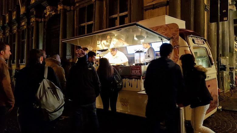 在城堡廣場旁的鬆餅貨車攤販,莫名的人龍