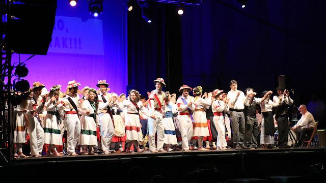 Saludo de los grupos de danzas al finalizar la función