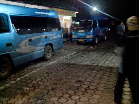 Trans jaya travel sedang beristirahat di Warung Makan Utama Caruban.