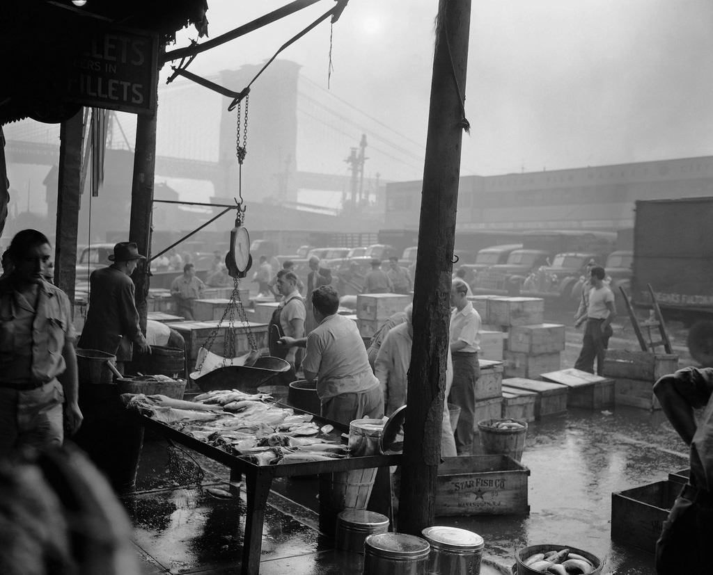 48 amazing black and white photos that document everyday for Fish market nyc