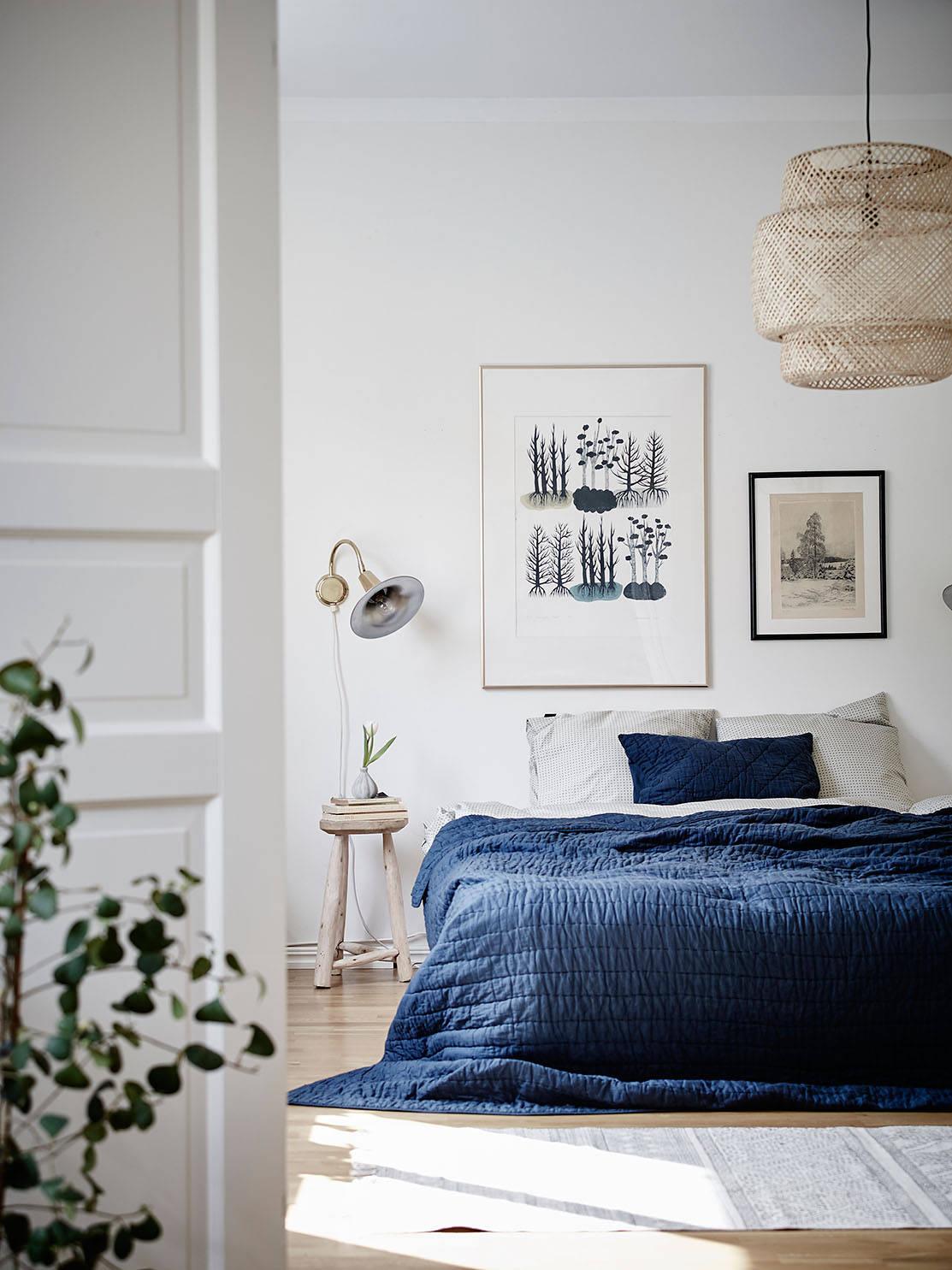 sypialnia w stylu skandynawskim, niebieski w sypialni, ikea