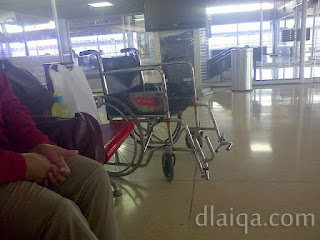 di ruang tunggu bandara Soekarno-Hatta