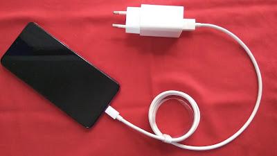 Kalau banyak aktivitas di luar, tak dihindari mesti bawa charger Oppo F9 untuk isi baterai sebagai penunjang kegiatan (dok.windhu)