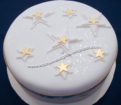 Cake Decorating Ideas Stars : Kitchen Delights: ICED SNOWFLAKE CHRISTMAS CAKE