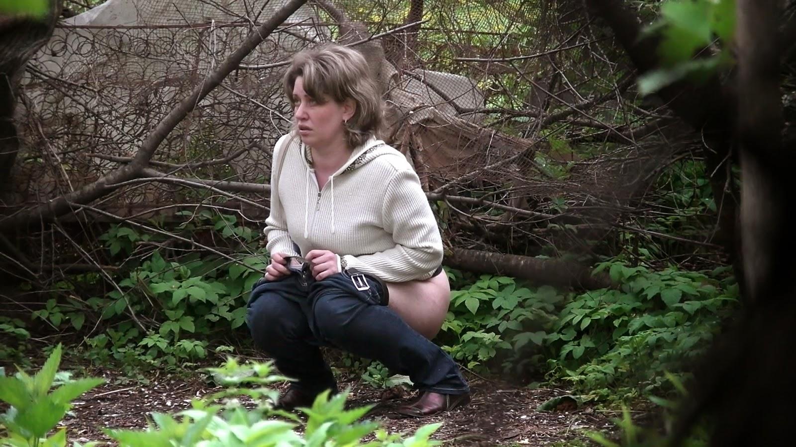 девушки писают в кустах около загса