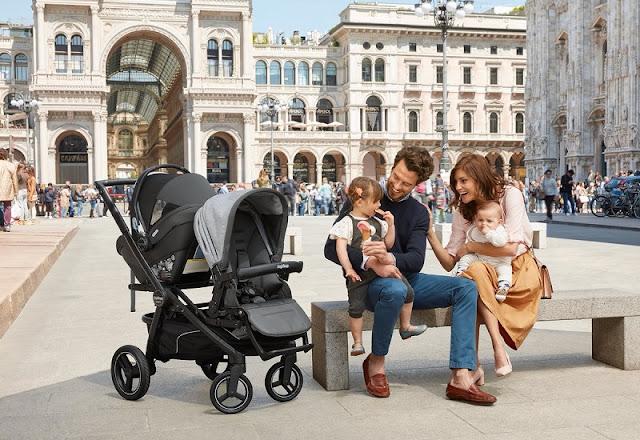 Família com carrinho de bebê em Milão na Itália