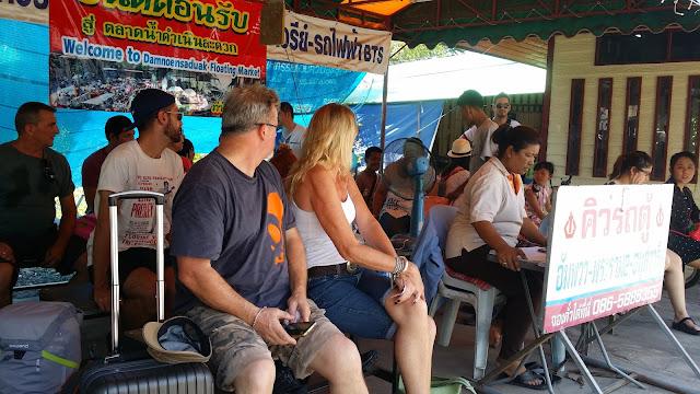 Parada de las van que van desde Amphawa a Bkk