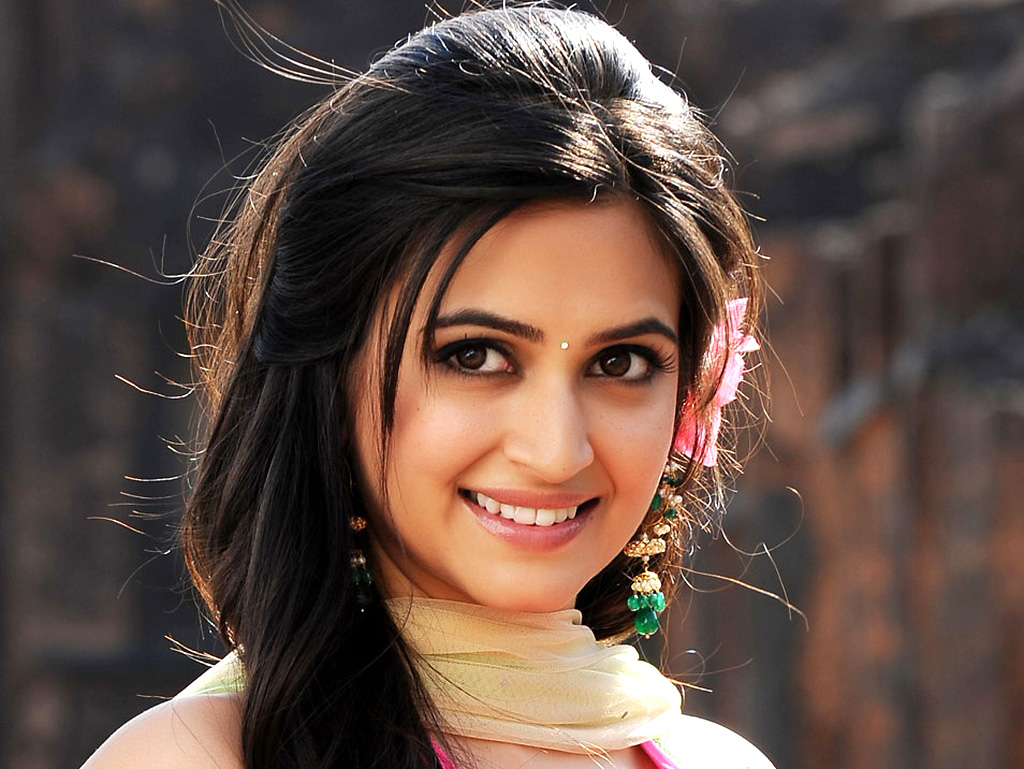 Kriti kharbanda cute n sexy navel in ethnic dress