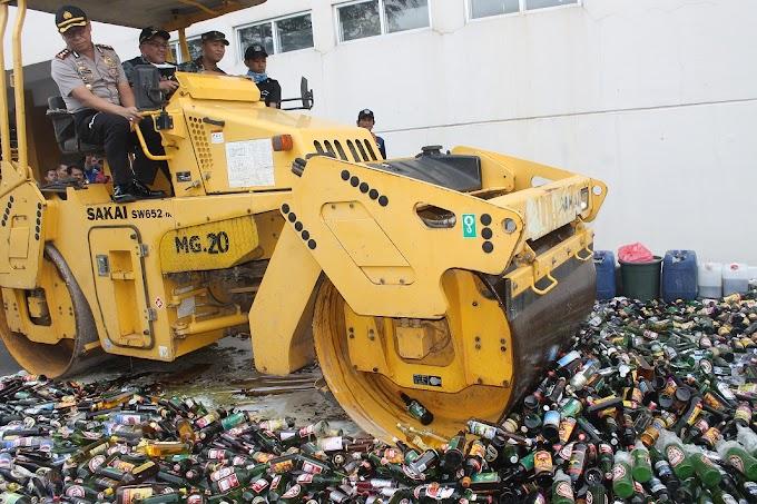 Ribuan Botol Mikol Dimusnahkan