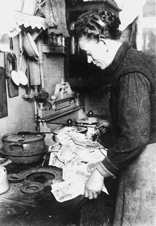 Ibu Jerman membakar uang untuk memasak karena nilainya lebih murah dibanding harga minyak