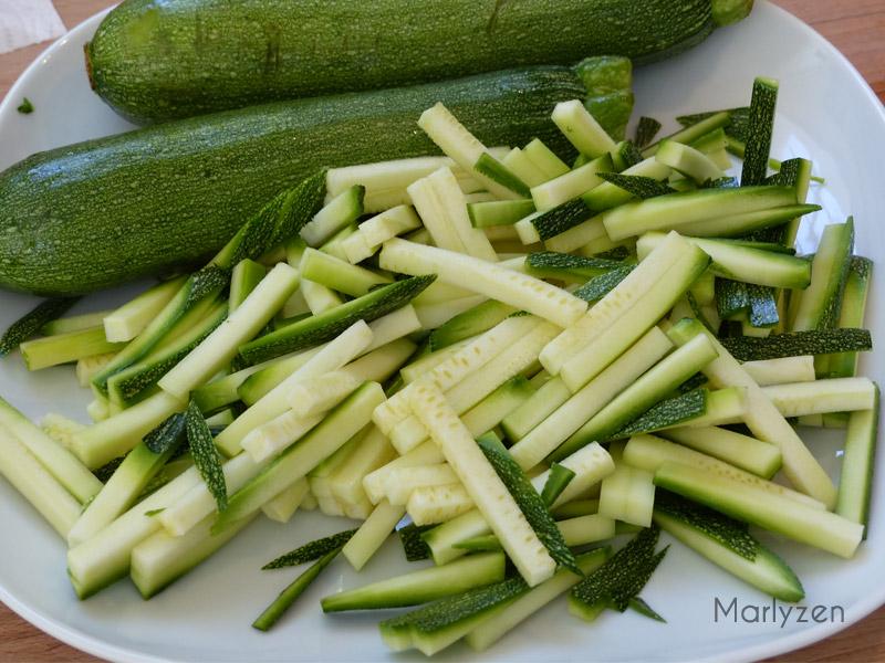 Coupez les courgettes en allumettes.