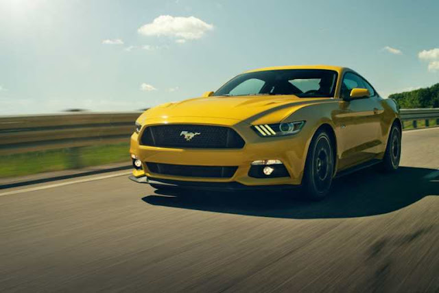 Front 3/4 view of 2018 Ford  Mustang Ecoboost  Coupe Premium