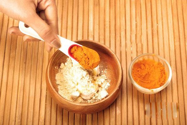 Đánh bay mụn trứng cá nhờ mặt nạ nghệ đơn giản tại nhà