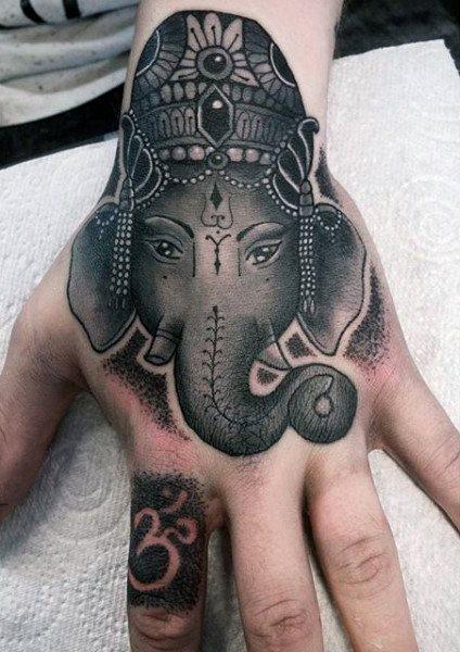 Imagen de un tatuaje de elefante en la mano