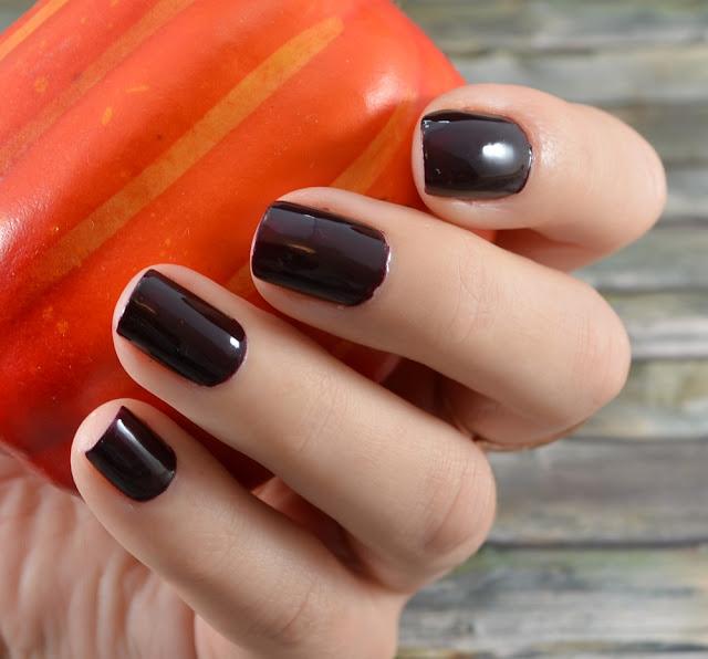 L.O.V LOVinity long lasting nail lacquer 250 deep-red drama Tragefoto