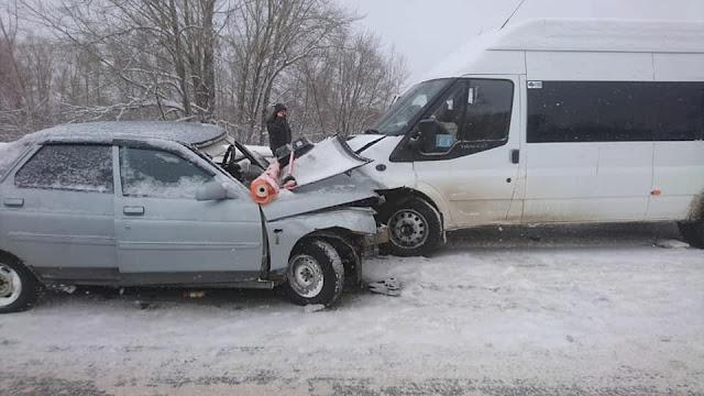 В Башкирии из-за снегопада произошло лобовое столкновение автобуса и иномарки