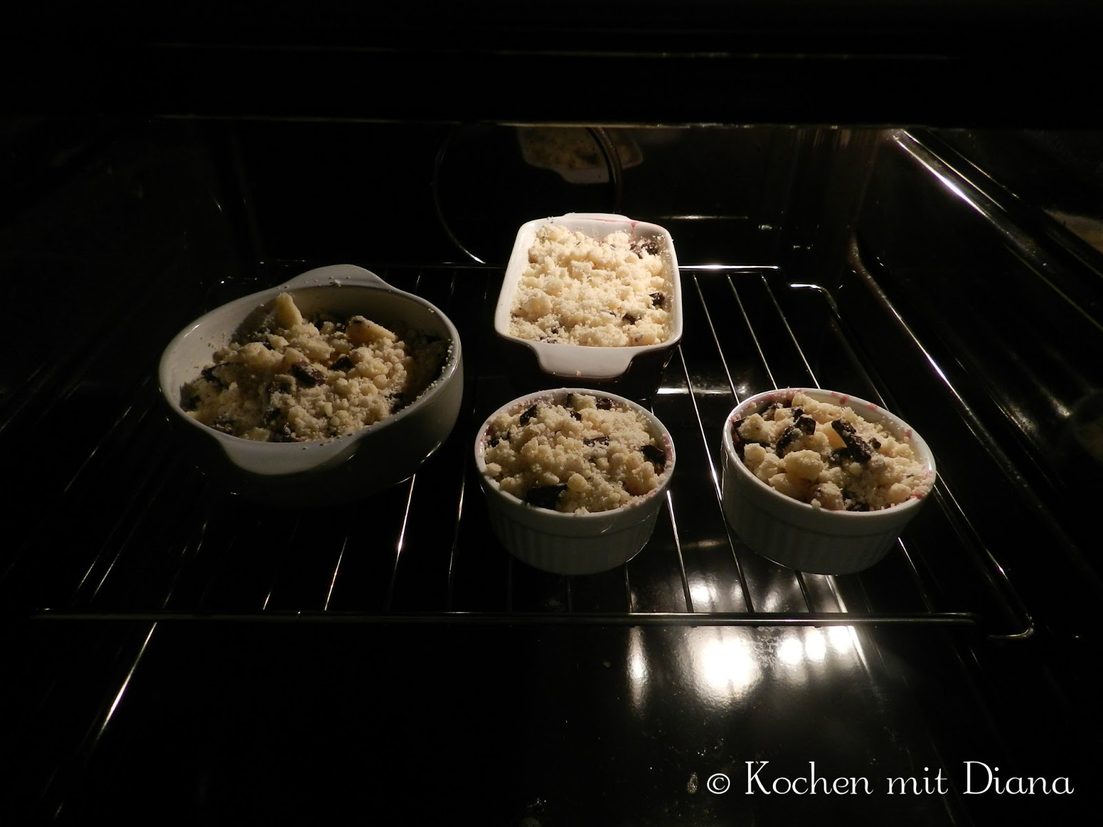 Quitten-Crumble mit Heidelbeeren vor dem Backen