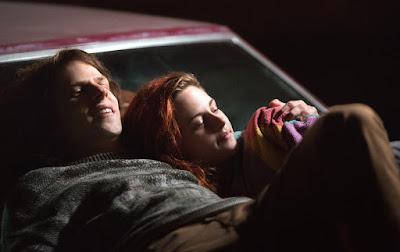 Jesse Eisenberg y Kristen Stewart en American Ultra sobre un capó