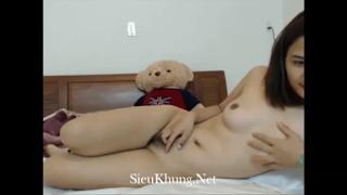 Clip: Em gái Việt dáng siêu ngon, nằm dài khoe thân hình chảy dãi AE =))