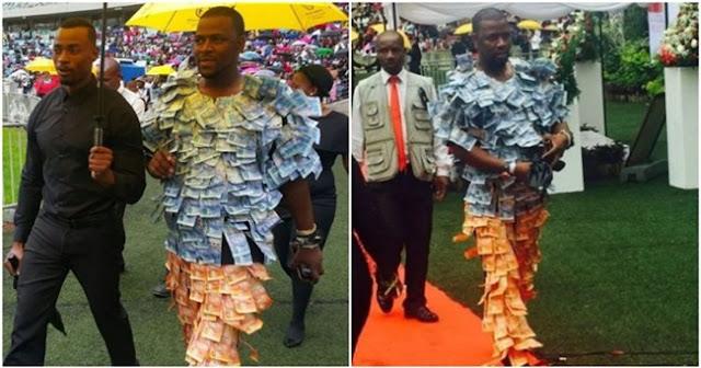 Pria Ini Pakai Baju Berhias Uang Untuk Pamer Kekayaan