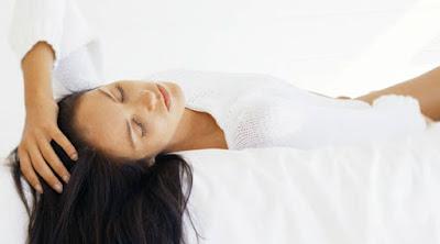 أشياء تحلم المرأة أن يفعلها الرجل على الفراش امرأة فتاة بنت نائمة على سرير Woman-lying-on-bed