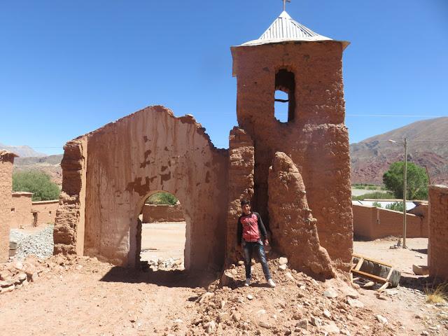 In Valle Rico sind Bewohner selber am Renovieren ihrer Kapelle. Die Turmfassade wollen sie stehen lassen. Das ist doch schön: Eigeninitiative