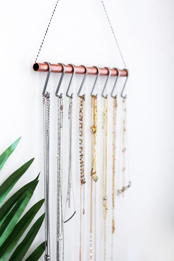 Cano de cobre e ganchos Ideias para organizar bijuterias