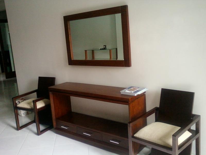 Sofa Dan Meja Konsol Harus Lebih Rendah Terhadap Itu Karena Untuk Menjaga Garis Pandang Yang Bagus Pasangilah Pigura Cermin Pada Dinding Ruang Tamu