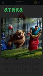 Атака медведем человека в лесу, человек бежит в мешке