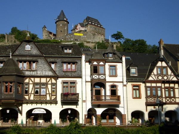 Casitas en Bacharach con el Castillo al fondo (Bacharach, Alemania)