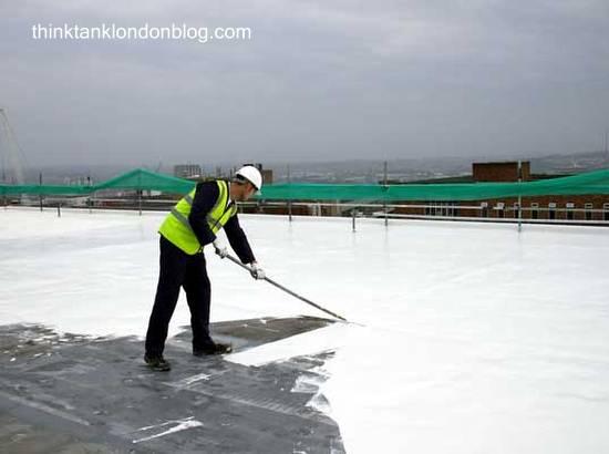 Proceso de pintado en blanco sobre un techo plano