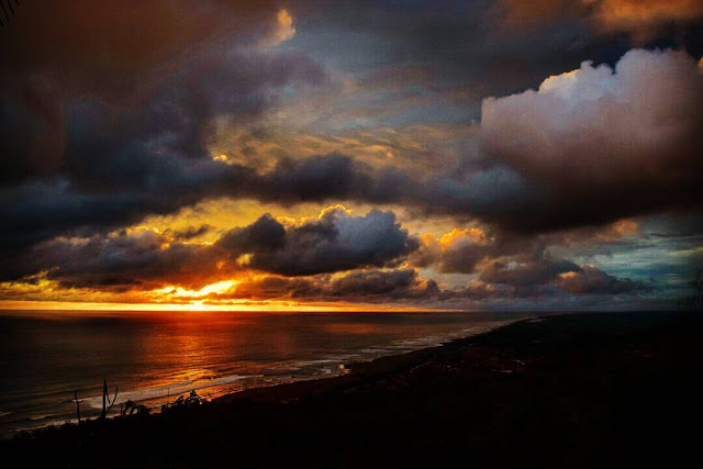 foto pemandangan sunset dari bukit parang endog jogja