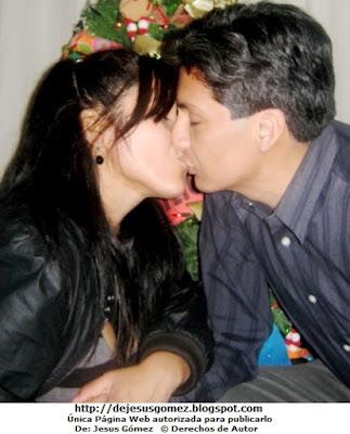 Foto de un beso de amor navideño por Jesus Gómez