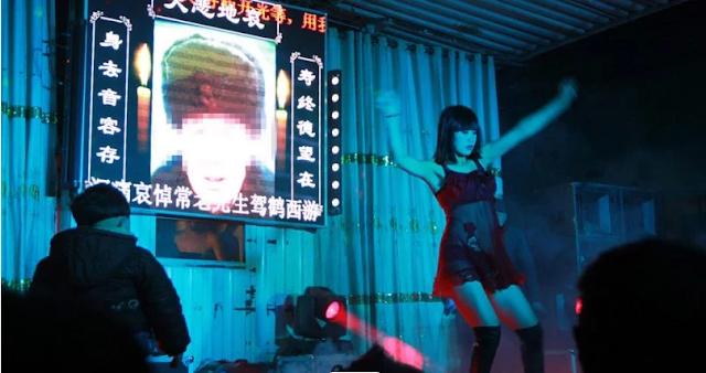 تعرف على ظاهرة استقدام راقصات التعري في الجنائز في الصين!