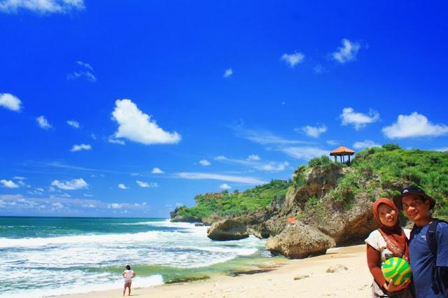 Foto berdua di Pantai Kukup.