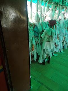 तनोट मन्दिर में रुमालों से पैसे चोरी करता  बुजुर्ग CCTV में हुवा कैद 1
