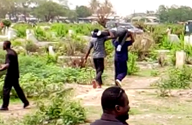 Mortuary attendants storm cemetery during funeral & seize corpse over debt (photos/video)