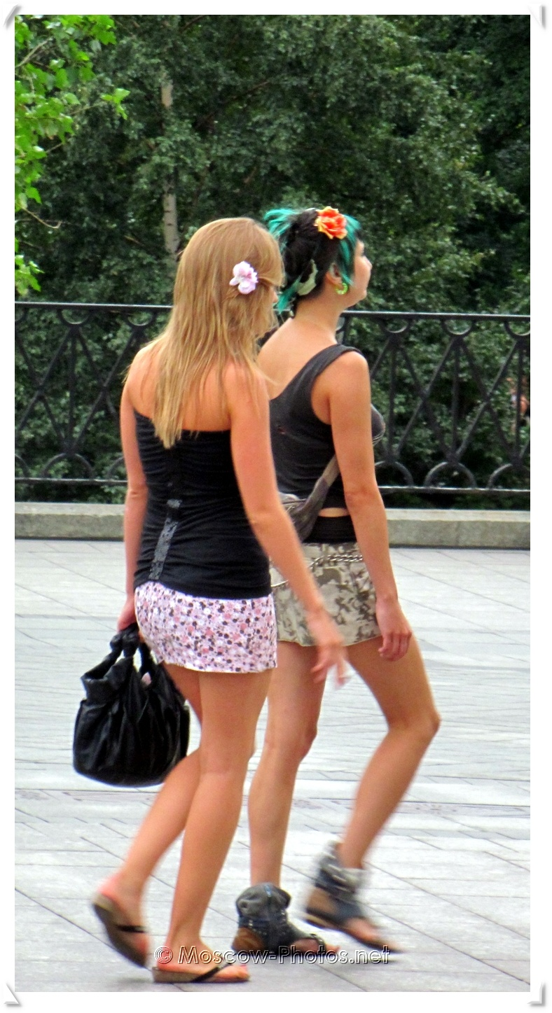 Moscow Summer Girls With Flowers In Hair