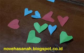 ini potongan-potongan kertas untuk ornamen prakarya yang dibuat Alifa
