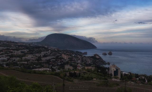 Вид с обзорной площадки на Гурзуф. Закат. Аю-Даг, Медведь гора