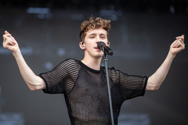 Troye Sivan faz show animado no Lollapalooza