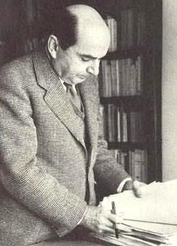 Foto de Jorge Basadre revisando documentos